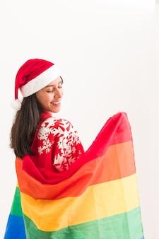 Kerst lgbtq regenboogvlag gelukkig lesbisch latijns jonge vrouw viering