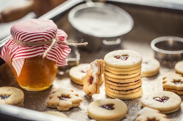 Kerst linzer snoep en koekjes marmelade suiker poeder in gebakken pan.