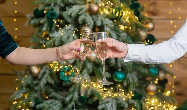 Kerst man en vrouw met glazen champagne. selectieve aandacht. vakantie.