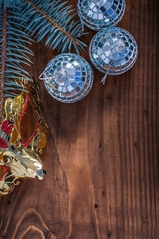 Kerst masker kerstballen tak van fir tree op vintage houten bord