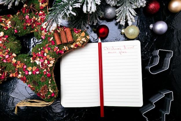 Kerst menu plan. achtergrond voor het schrijven van het kerstmenu. bovenaanzicht notitieboekje met decoratie.