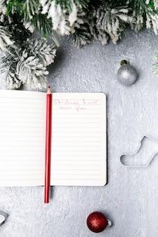 Kerst menu plan. bovenaanzicht. notitieboekje met decoratie.