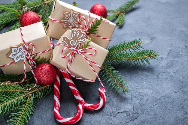 Kerst met dennenboom geschenkdozen en decor.