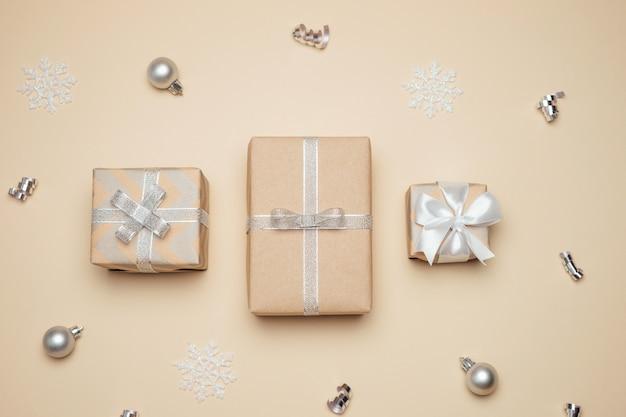Kerst met geschenkdozen verpakt in kraftpapier.