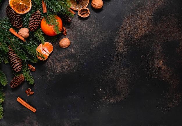 Kerst met sinaasappels, mandarijn, noten en kaneelstokjes