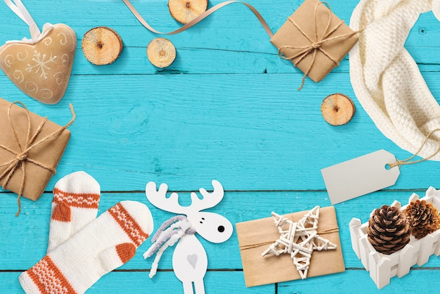 Kerst mock up met plaats voor uw tekstdecor op een turquoise oppervlak