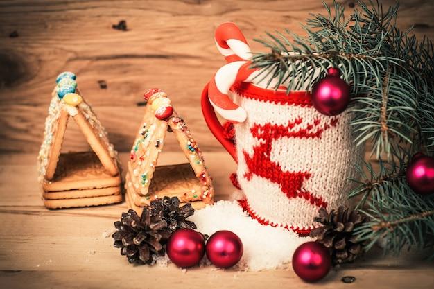 Kerst mok op houten achtergrond. foto met ruimte voor tekst