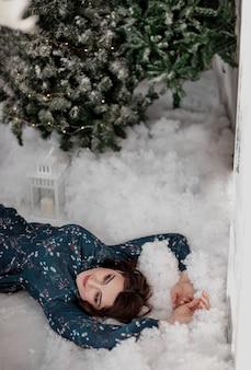 Kerst mooie lachende vrouw gezond haar elegante dame in zwarte jurk boven kerstboom