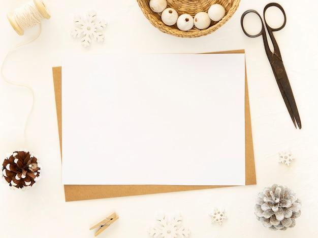 Kerst nieuwjaar geschenken knutselen met tools op witte achtergrond.
