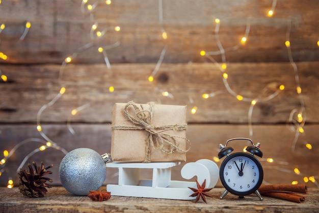 Kerst nieuwjaar samenstelling winter objecten geschenkdoos op houten achtergrond