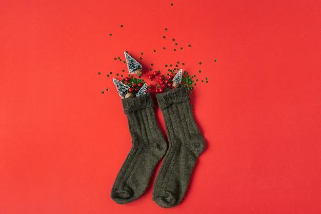 Kerst nieuwjaar vakantie samenstelling. sokken met feestelijke versieringen op rood