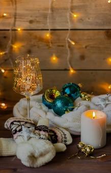 Kerst-nieuwjaarsamenstelling met kaarsen, slingers en kerstballen, nieuwjaarsstilleven