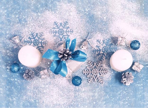 Kerst nieuwjaarskaart met cadeaus en speelgoed, getint.
