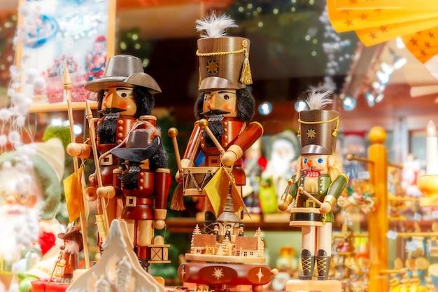 Kerst notenkraker koning op een kerstmarkt ingericht en verlicht in brugge, belgië