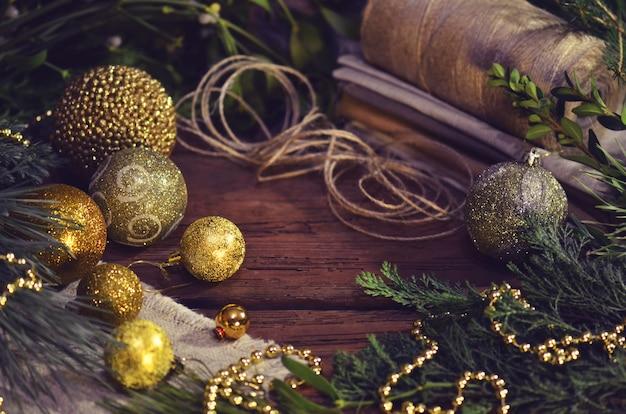 Kerst- of nieuwe taxusideeën met decoratietouw en zak,