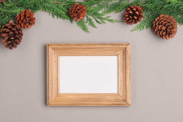 Kerst of nieuwjaar geschenkdozen collectie verpakt in kraftpapier en blanco fotolijst voor tekst.