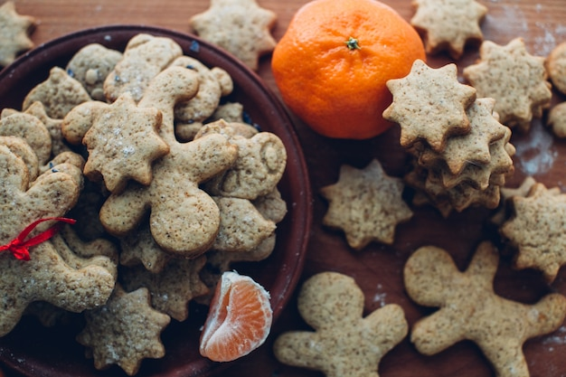 Kerst- of nieuwjaarse peperkoekjes op een bord