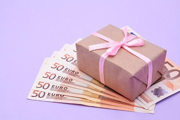 Kerst- of nieuwjaarsgeschenkdoos op euro's