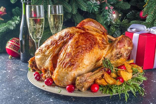 Kerst- of nieuwjaarskalkoendiner met verschillende ingrediënten