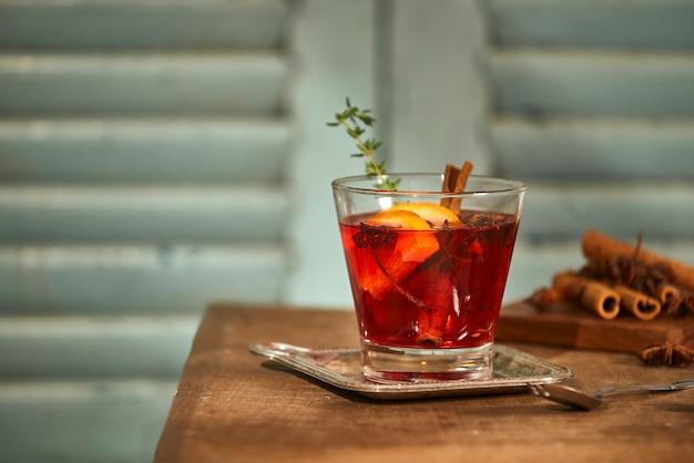 Kerst- of thanksgiving-drankje. herfst- en wintercocktail - grog, hete sangria, glühwein met thee, citroen, rome, kaneel, anijs en andere kruiden.