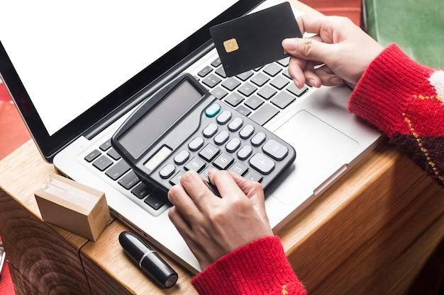 Kerst online winkelen. vrouwelijke koper met laptop, voor te bereiden op kerstavond, wintervakantie verkoop