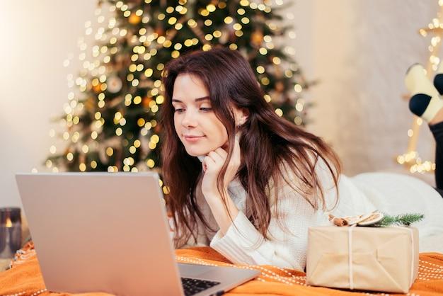 Kerst online winkelen, werk en onderwijs. meisje met laptop