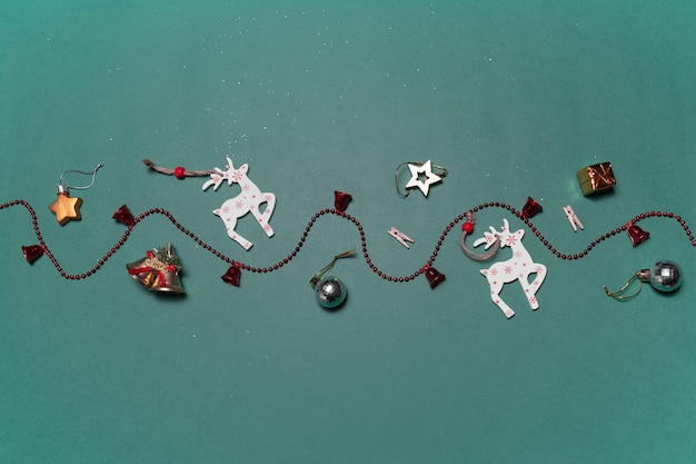 Kerst oppervlak met decoratief speelgoed van herten en geschenken op groen oppervlak