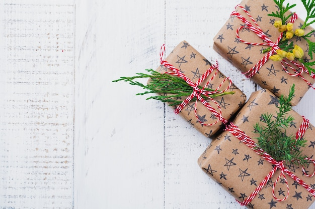 Kerst oppervlak met dennentakken, speelgoed, geschenkdoos en klokken op houten oude oppervlaktetafel. selectieve aandacht. bovenaanzicht met kopie ruimte.