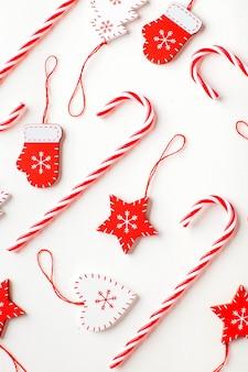 Kerst oppervlak van snoep en kerstversiering in witte en rode kleuren
