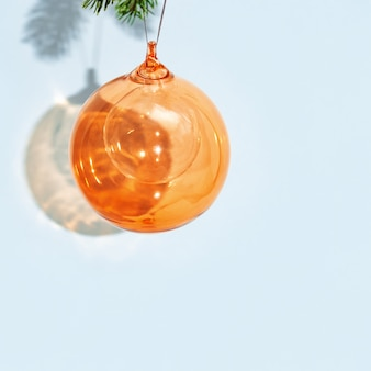 Kerst oranje bal opknoping op pijnboomtak