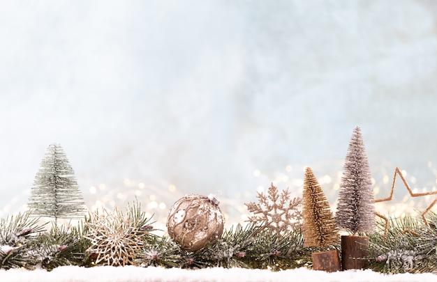 Kerst ornament met string lichten op blauwe achtergrond.