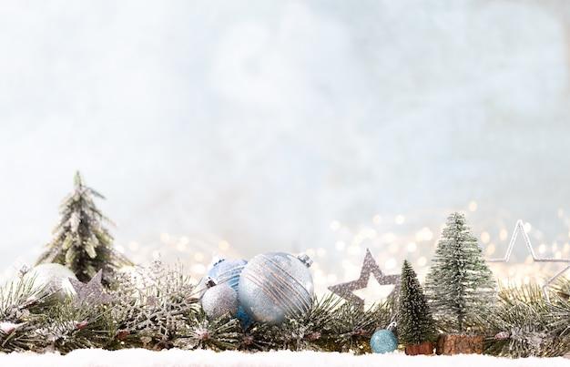 Kerst ornament met string lichten op blauwe achtergrond