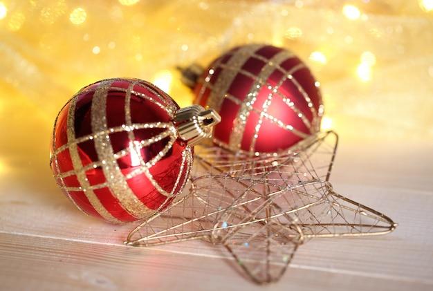 Kerst ornamenten en slinger op houten tafel close-up