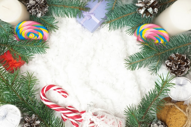 Kerst ornamenten, fir takken en notebook met pen