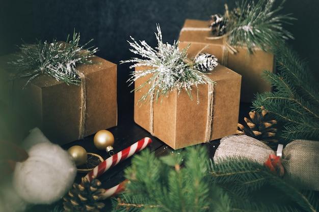 Kerst ornamenten geschenkdozen houten tafel rustic christmas wrapping presenteert