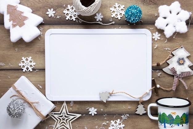 Kerst ornamenten met kaart mock-up