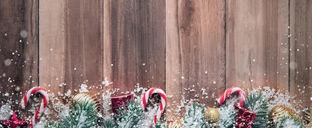 Kerst ornamenten met sneeuw op hout achtergrond, grens ontwerp banner