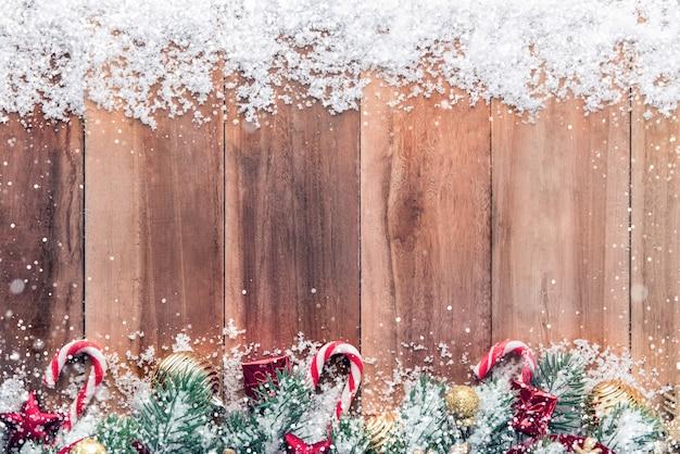 Kerst ornamenten met sneeuw op hout achtergrond