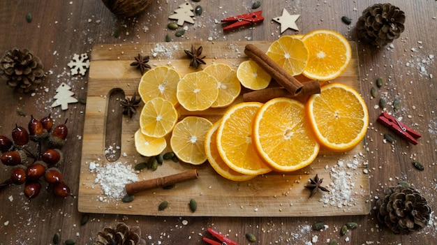 Kerst ornamenten op hout achtergrond. sinaasappel en citroenplakken op hout met kaneel