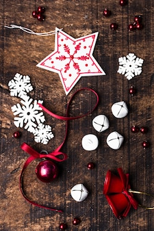 Kerst ornamenten op houten achtergrond