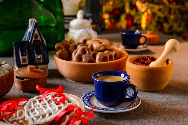 Kerst ornamenten op tafel met citrus en rozenbottel cookies op feestelijke tafel