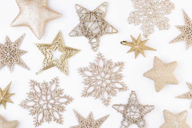 Kerst ornamenten op tafel