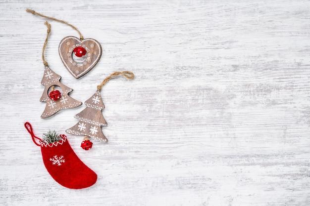 Kerst ornamenten op witte houten achtergrond. bovenaanzicht