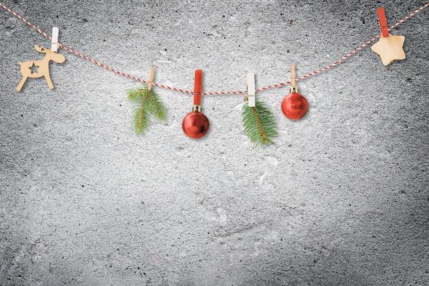 Kerst ornamenten slinger op betonnen textuur achtergrond