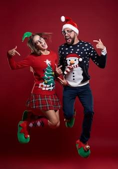 Kerst paar springen zeer hoog geïsoleerd