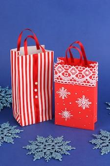 Kerst papieren zakken voor geschenken op blauw