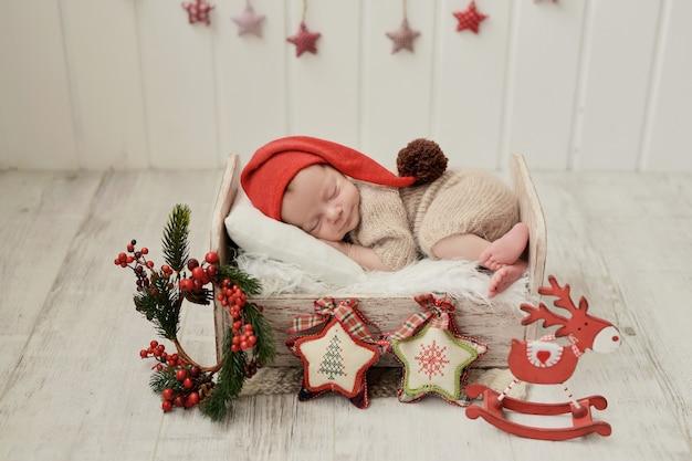 Kerst pasgeboren baby. gezond en medisch concept. gezond kind, concept van ziekenhuis en gelukkig moederschap. baby baby. gelukkige zwangerschap en bevalling. thema voor kinderen. baby- en kinderartikelen