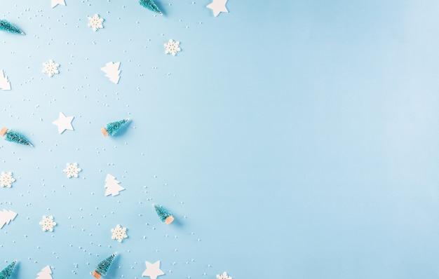 Kerst patroon gemaakt van sneeuwvlok, sterren en kerstboom