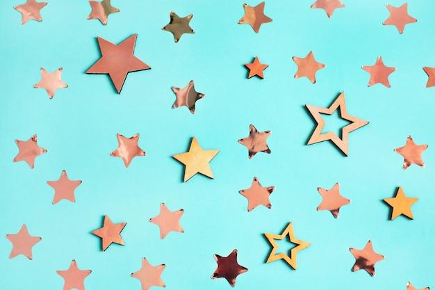 Kerst patroon gemaakt van sterren op blauw.
