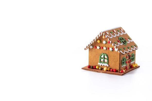 Kerst peperkoek huis geïsoleerd op witte achtergrond